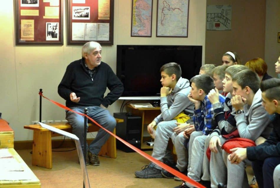 Михаил Данков на экскурсии со школьниками
