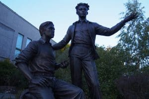 Памятник Роберту Рождественскому и Владимиру Морозову в Петрозаводске. Фото: Мария Голубева