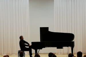 Фестиваль «Осенняя лира» открыл пианист-виртуоз Алексей Володин