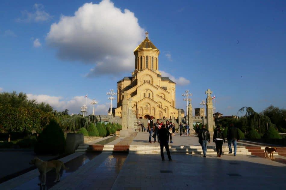 Храм храмов Тбилиси - современный собор во имя святой Троицы. Он поразил своим величием. Его можно увидеть в городе отовсюду, так как он стоит на высоком холме