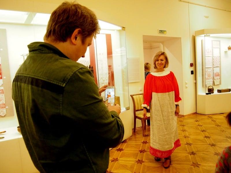 Зрительница в народном костюме. Необычно!