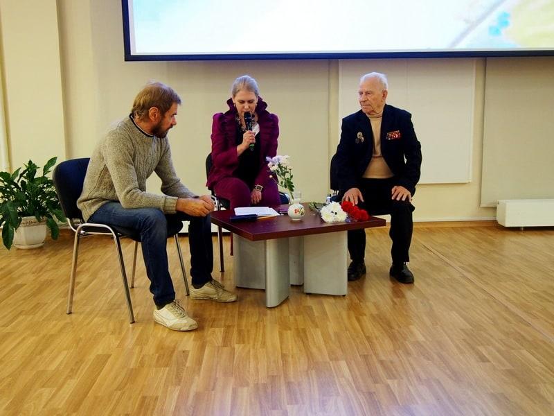 Презентацию книги Александра Каштанова (справа) ведет Яна Жемойтелите. Слева художник-дизайнер книги Виталий Наконечный