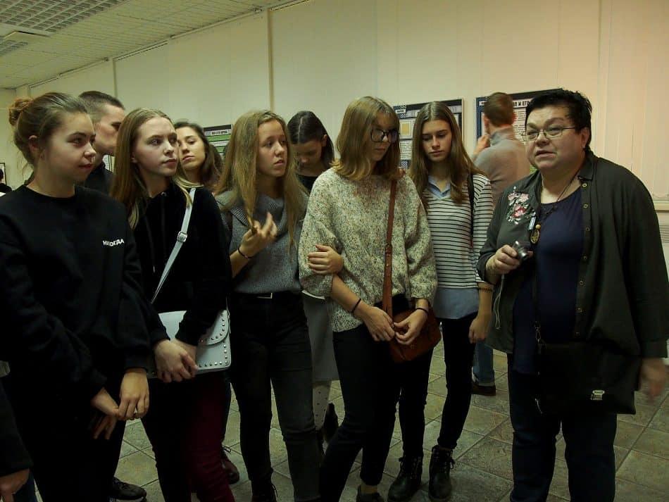 Юные художники из детской художественной школы Дворца и творчества детей и юношества с преподавателем по истории искусств  Верой Ивановной Серебряковой