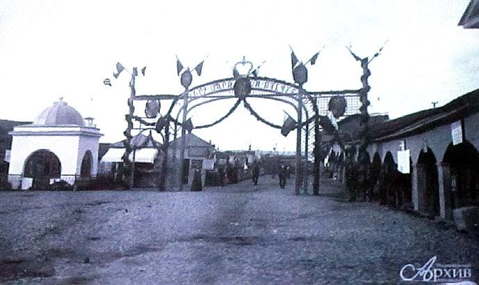 Триумфальная арка, сооруженная в Петрозаводске. Через нее проходили призванные на фронт петрозаводчане, отправляясь на городскую пристань