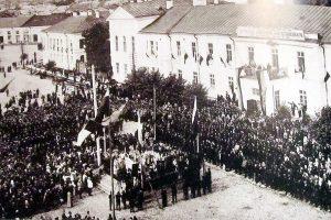 Молебен на Соборной площади в Петрозаводске перед отправкой на фронт. 26 июля 1914 года