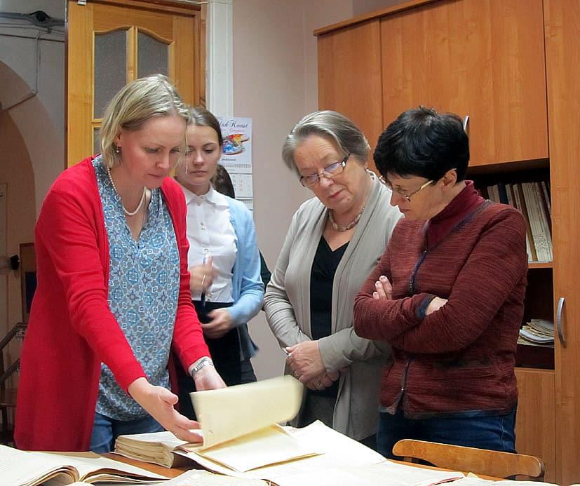 Елена Намятова знакомит пришедших на встречу петрозаводчан с документами Национального архива