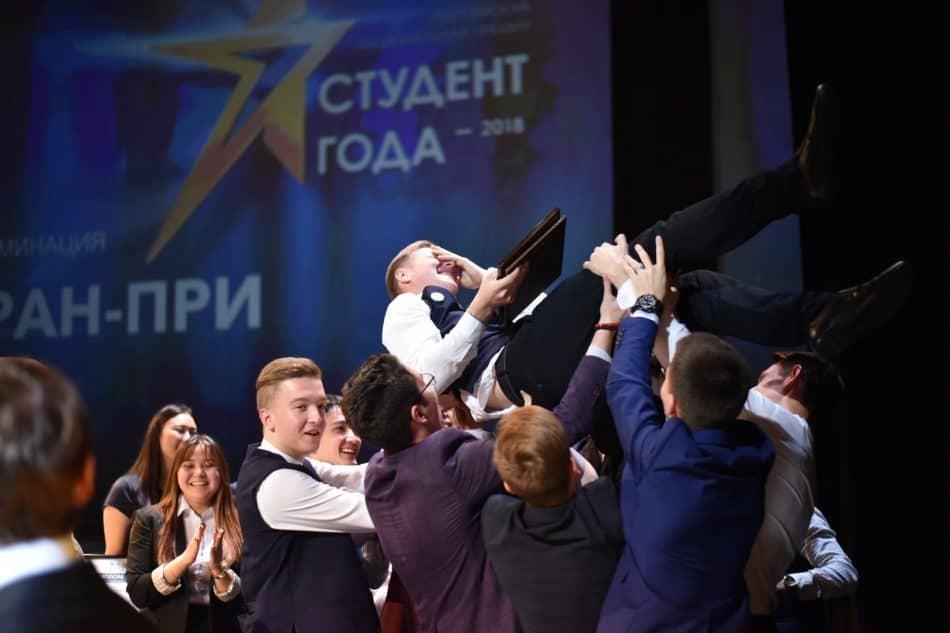 Филиппа Каличенко качают. Фото: edu.gov.ru