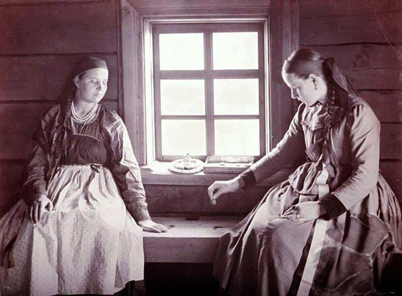И.К. Инха. Окахви и Сени играют дома у Сени в «уру» - настольную игру с костяшками. 1894 год