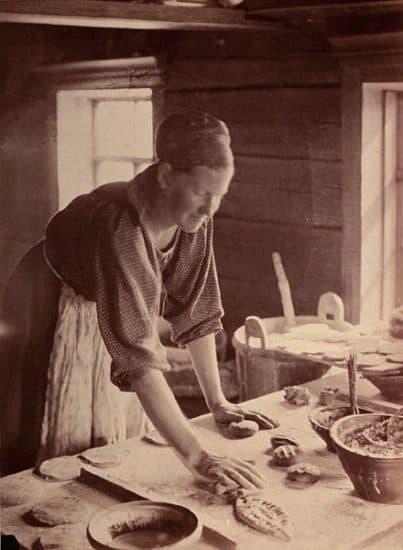 И.К. Инха. Жена Яакко Куйсманена в Лувозере за стряпней. 1894 год