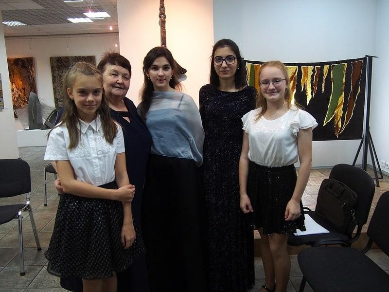Нина Кайске с ученицами перед началом концерта в ГВЗ