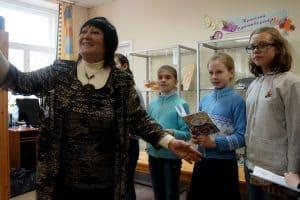 Писатель Вера Линькова и ее студийцы представляют сочиненную вместе   книгу. Апрель 2018 года. Фото Ирины Ларионовой