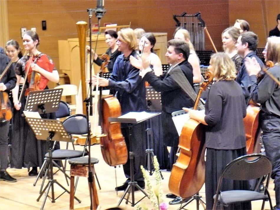 Сергей Антонов, Михаил Леонтьев и оркестранты аплодируют Баруху Берлинеру. Фото Дмитрия Цвибеля