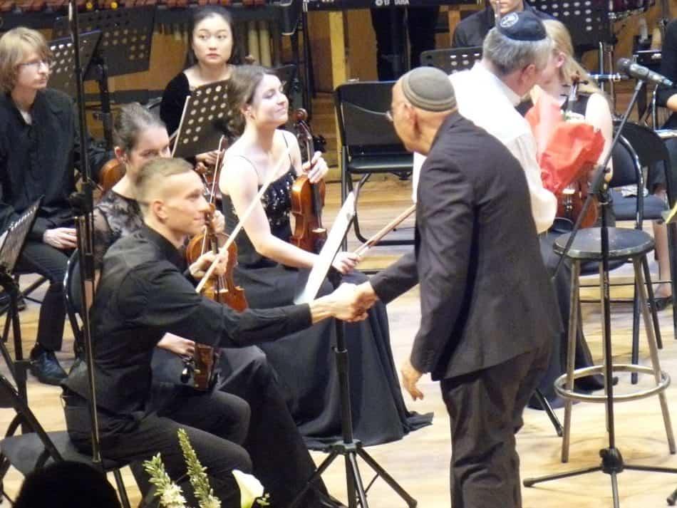 Барух Берлинер благодарит оркестр. Фото Дмитрия Цвибеля