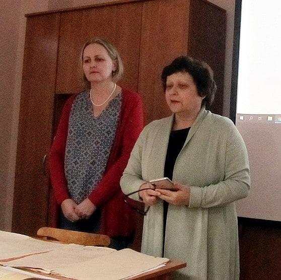 Заместитель директора Национального архива РК Ирина Петухова (справа) и один из авторов сборника Елена Намятова