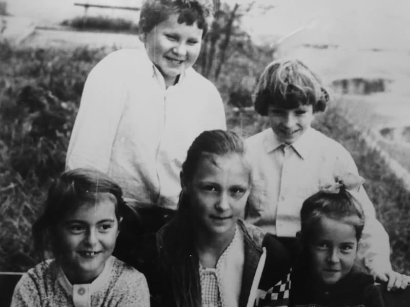 Вика (в центре) с друзьями во дворе