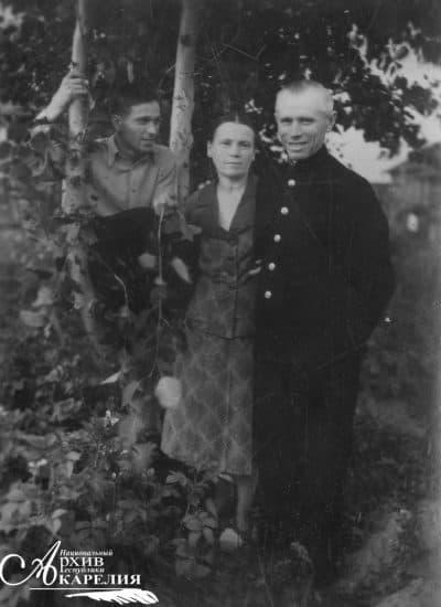 Николай Брюханов (слева) с родителями - А.А. Брюхановой и И.В. Брюхановым. Дата съемки: 1949 год. Место съемки: . Вышний Волочек, Калининская область