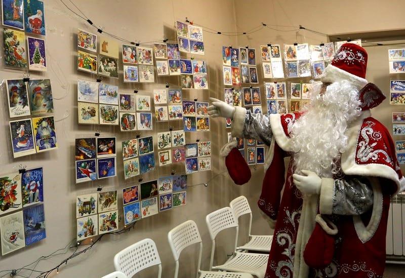 Михаил Курганов на выставке в образе Деда Мороза