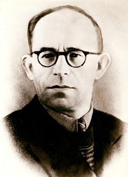 Алексей Дмитриевич Коган. С 30-х по 60-е был режиссером Театра кукол в Петрозаводске