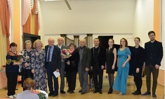 Участники концерта. Владимир Угрюмов пятый слева. Фото: Сергей Веселов