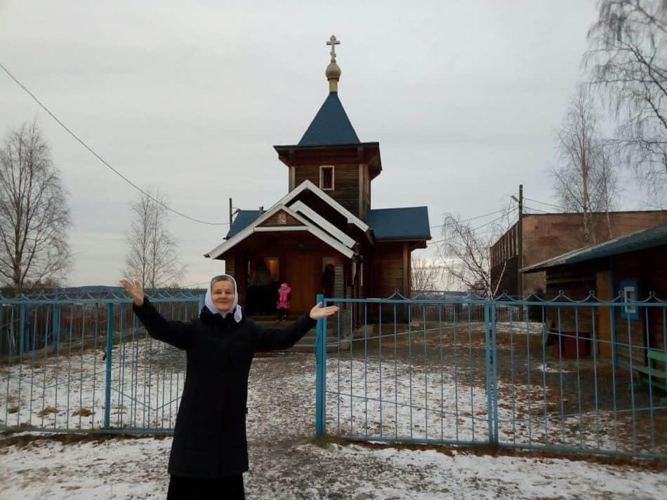Ирина Ларионова у церкви Иоанна Богослова в Петрозаводске, построенной при непосредственном участии Александра Гезалова. 2 декабря 2018 года