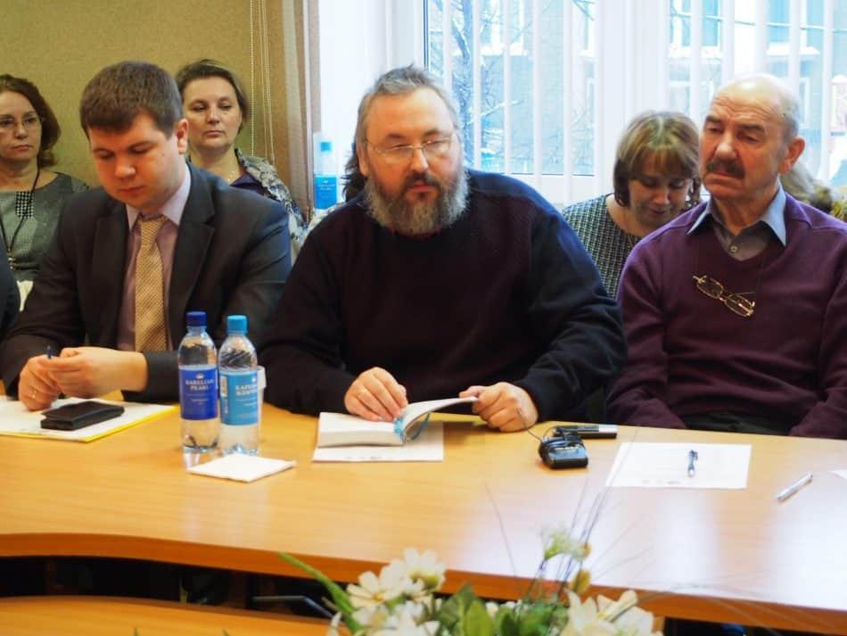 Андрей Юсупов (в центре) уверен, что нынешний уровень технологий позволяет в Ряймеля создать суперсовременную школу. Фото Марии Голубевой