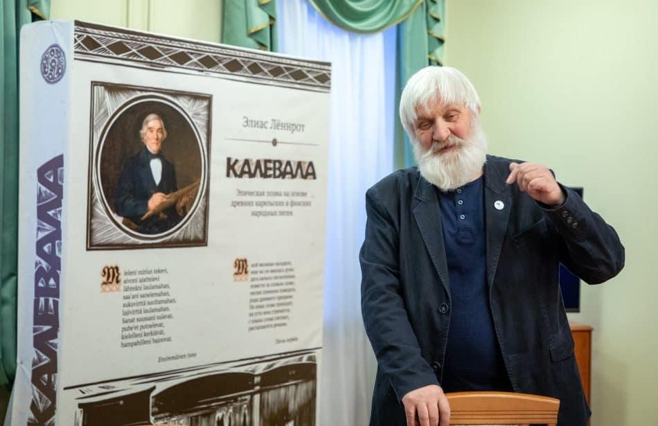 Михаил Степанов исполнил на вернисаже карельскую руну. Фото Леонида Николаева