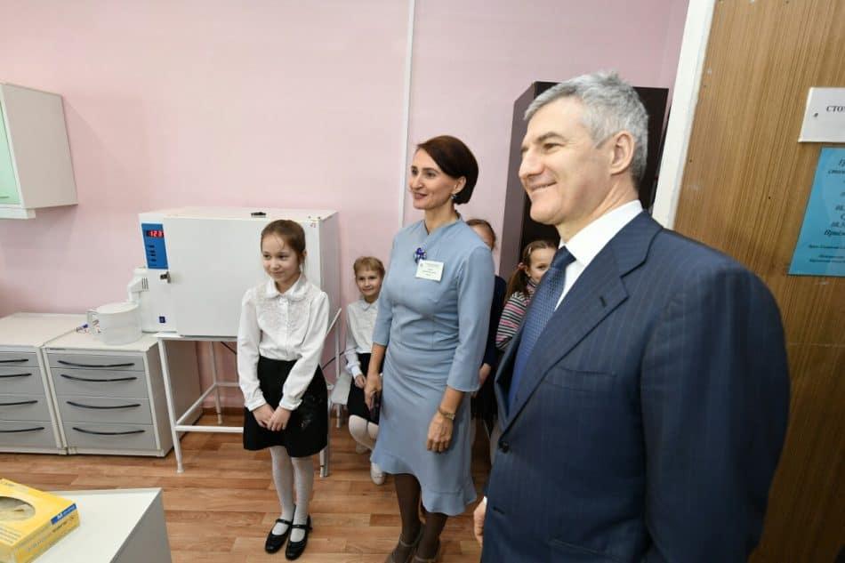 Артур Парфенчиков и директор СШИ Елена Тюрева осматривают школу