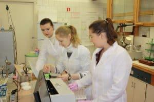 Светлана Пеккоева (в центре) с коллегами по лаборатории экологической биогехимии