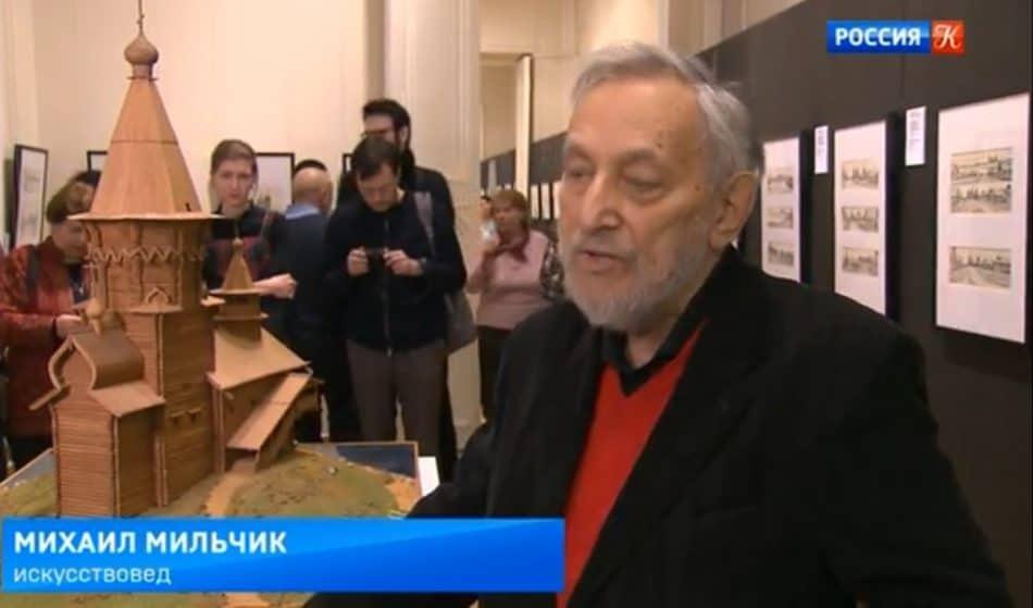 Михаил Мильчик у макета-реконструкции Успенской церкви в Музее архитектуры имени Щусева