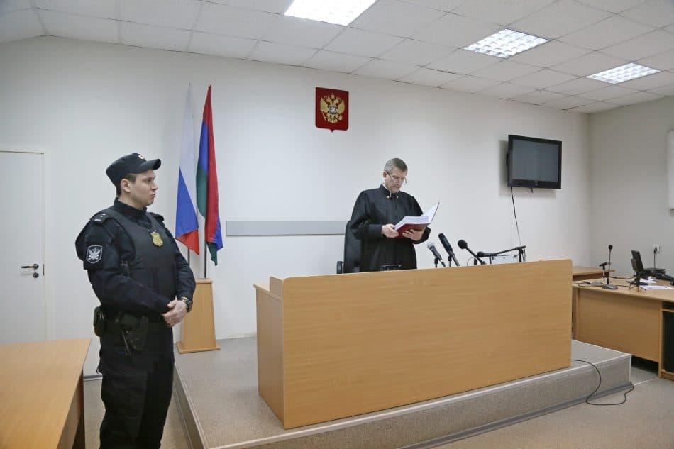 Судья Александр Смирнов  оглашает решение. Фото Владимира Ларионова