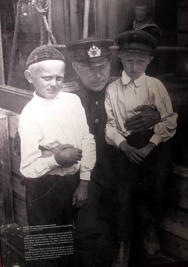 Мимо этой фотографии мало кто пройдет равнодушно. На ней капитан Кузьмин со своими сыновьями, которых он нашел в одном из концлагерей Петрозаводска после освобождения