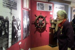 У фотографии  фотокорреспондента Галины Санько, которая облетела в те годы весь мир. На ней дети, узники концлагеря, освобожденные 28 июня 1944 года