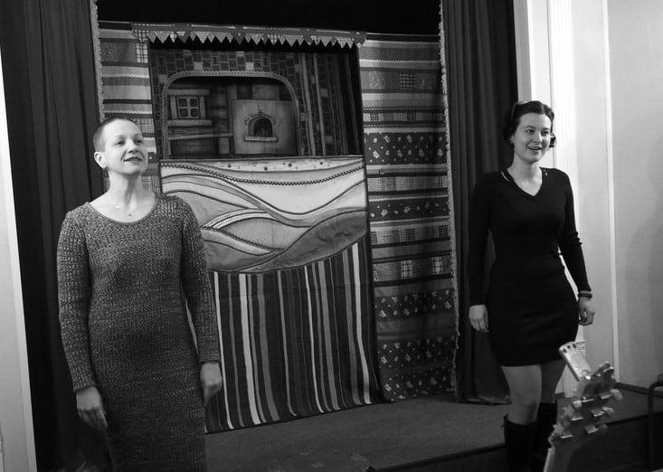 Наталья Антипина (слева) и Елена Сапегина показывают фрагмент нового спектакля театра Ад Либерум «Мой милый Дон Жуан» по пьесе Марины Цветаевой. По признанию актрис, сделали они его благодаря Наталье Ларцевой