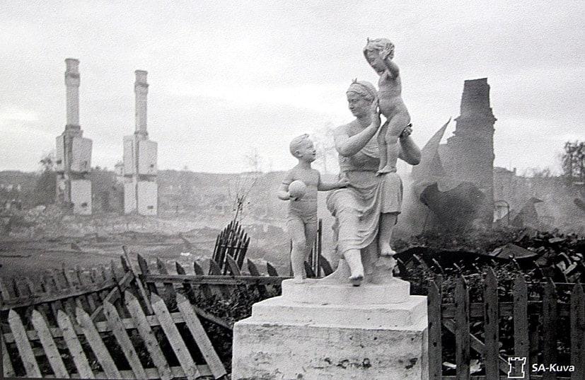 Эту скульптурную композицию хорошо знают петрозаводчане разных поколений. Недавно отреставрированная, она так и стоит перед зданием роддома