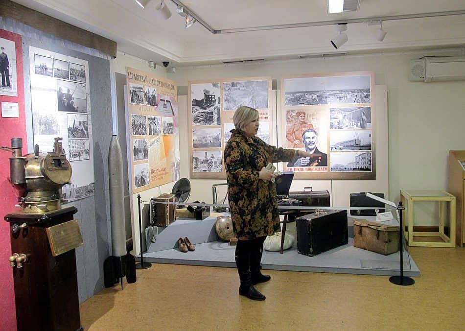 Куратор выставки, сотрудник отдела научно-выставочной и культурно-образовательной деятельности Ирина Степанова проводит первую экскурсию
