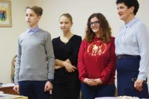 Ирина Велеславова (справа) со студентами и школьниками одной из команд проекта