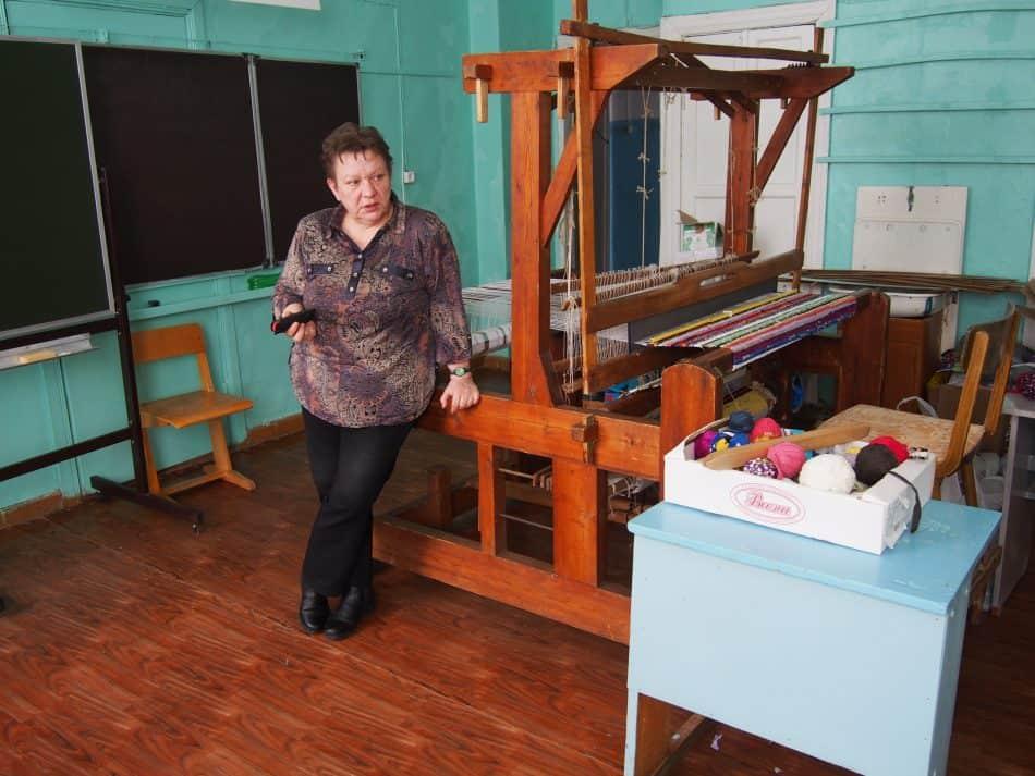 Ирина Богданова, директор Крошнозерской школы, показывает мастерские. Фото Марии Голубевой