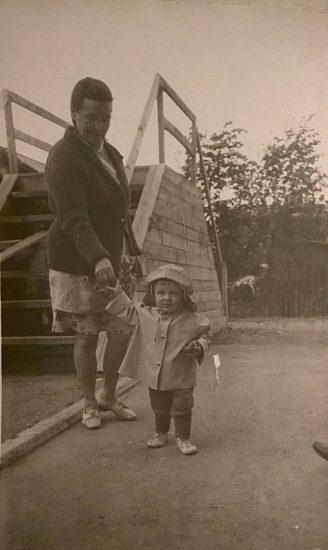 Маленькая Катюша с бабушкой Катей. Петрозаводск