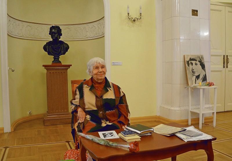 Наталья Ларцева на творческом вечере «Мой полувековой диалог с поэтом». 2016 год. Фото Ирины Ларионовой