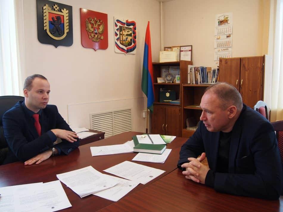 Глава Пряжинского района Роман Петров (слева) и детский омбудсмен Геннадий Сараев. Фото Марии Голубевой