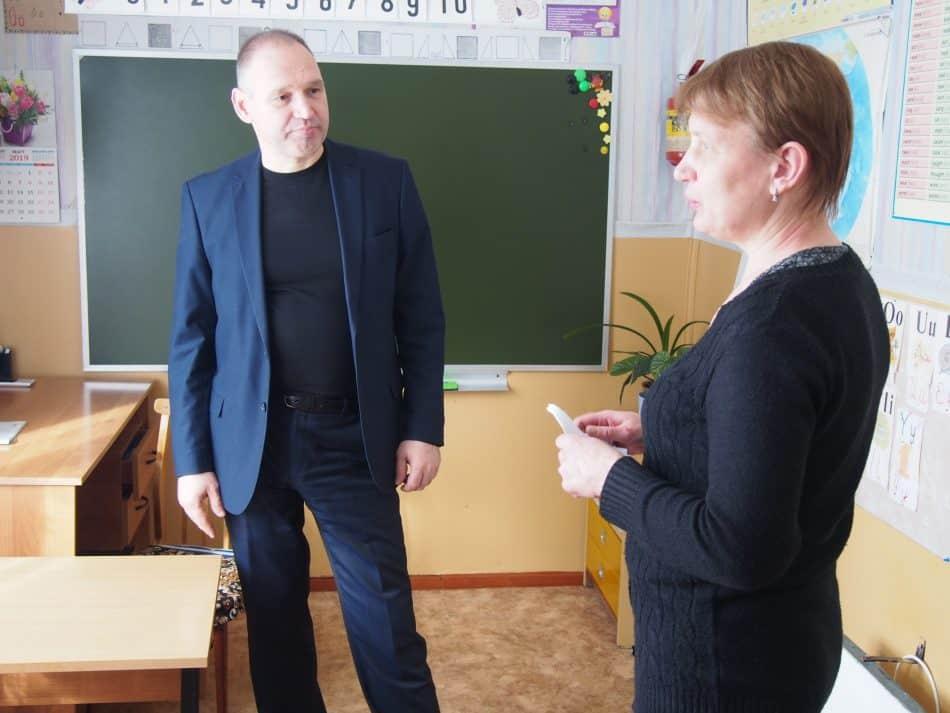 Директор Савиновской школы Ирина Евсеева и Геннадий Сараев. Фото Марии Голубевой