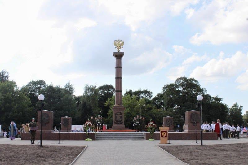 Архитектурно-скульптурное решение памятной стелы «Город воинской славы» одинаково во всех городах. Так выглядит стела «Город воинской славы» во Пскове. Фото с сайта www.pskovkid.ru