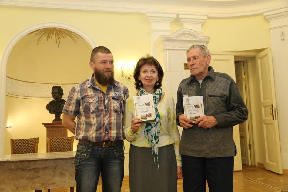Семья Валерия Верхоглядова (слева направо): сын Егор, жена Галина Янина и брат Виктор. Фото: Владимир Ларионов