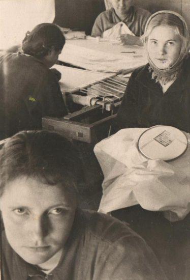 Валентина Павловна Андрианова (в центре с вышивкой) и ее подруги