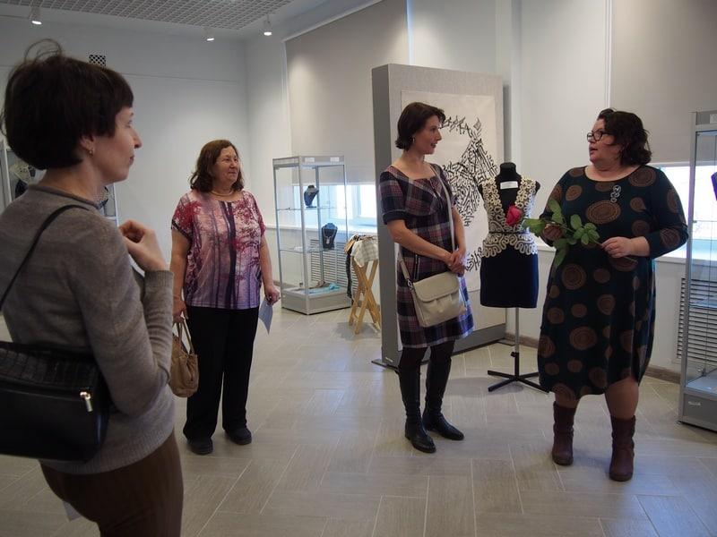 Экскурсию проводит кандидат педагогических наук Ирина Власова (справа)