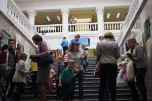 На лестнице гостей встречали Буратино, Пьеро, Мальвина и другие сказочные герои