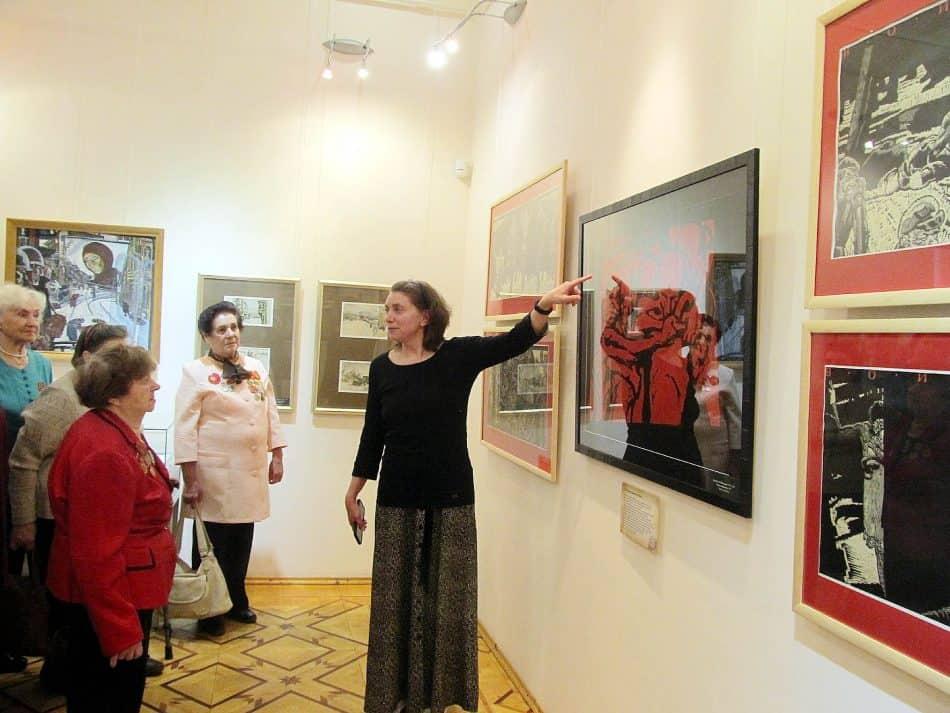 Первая экскурсия. Ее проводит куратор выставки, заведующая отделом экспозиционно-выставочной работы музея Людмила Никифорова