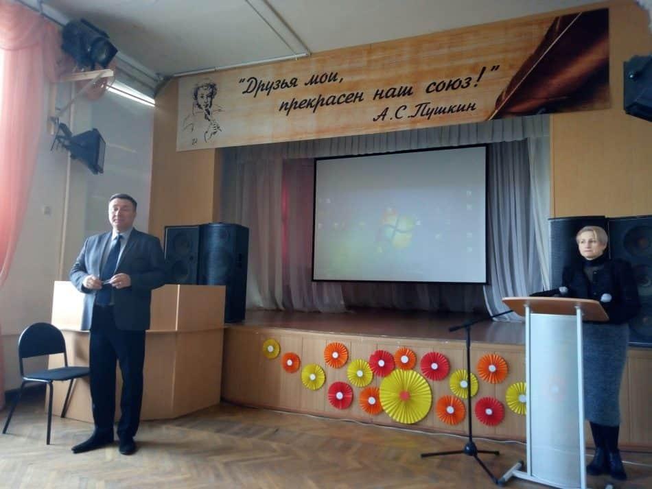 Директор школы Игорь Пепитаев и замдиректора по учебно-воспитательной работе Ольга Шараускене открывали встречу