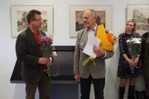 Валерий Кошелев (в центре) принимает поздравления от председателя Союза художников Карелии Владимира Зорина