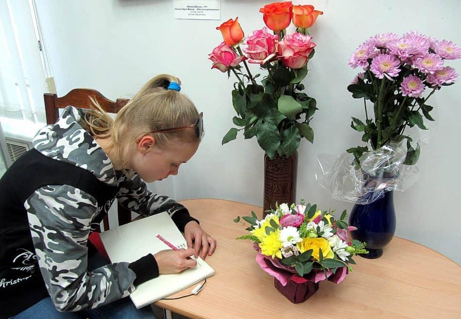 Цветы замечательному художнику и первые слова восхищения в книге отзывов